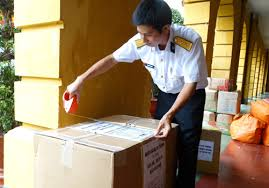Cán bộ chiến sĩ nhận máy lọc nước từ hàng trà DR Thang