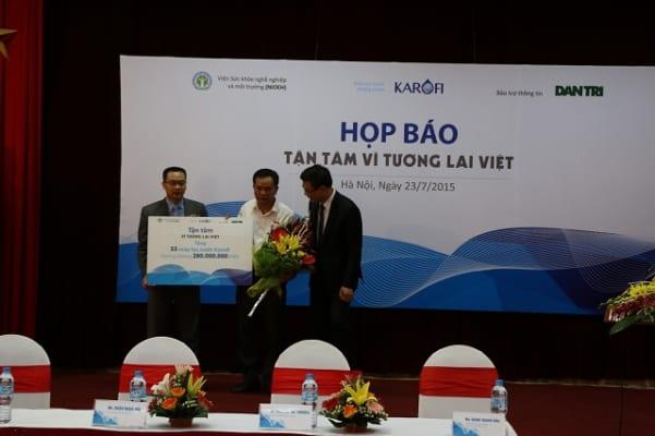 Karofi trao 55 máy lọc nước đầu tiên cho làng ung thư