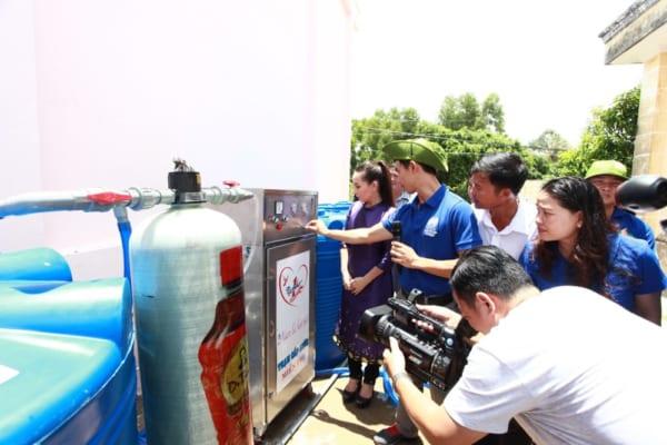 Tập đoàn tân hiệp phát trao máy lọc nước cho đồng bào miền tây
