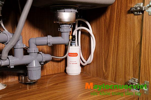 Cận cảnh thiết bị lọc nước đặt phía dưới bồn rửa